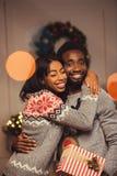 Lyckliga afrikansk amerikanpar på jul Arkivfoton