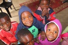 Lyckliga afrikanska barn som ser in i kameran i lantliga Swaziland, Afrika Royaltyfria Foton