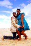 lyckliga afrikanska par Royaltyfri Bild