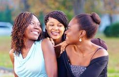 Lyckliga afrikanska vänner som har roligt utomhus Arkivbild