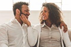 Lyckliga afro- amerikanska par royaltyfria foton