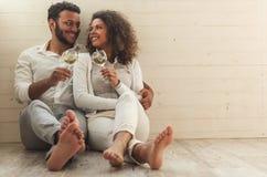 Lyckliga afro- amerikanska par fotografering för bildbyråer