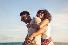 Lyckliga afro amerikanska par som har gyckel tillsammans Arkivbilder
