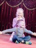 Lyckliga aktörer för ung unge på etappen Arkivbilder