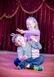 Lyckliga aktörer för ung unge på etappen Arkivfoto