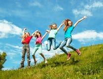 Lyckliga aktiva barn Arkivbilder