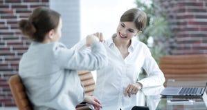 Lyckliga anställda är lyckliga med de erhållande resultaten Arkivbild