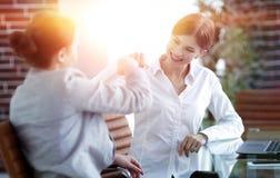 Lyckliga anställda är lyckliga med de erhållande resultaten Royaltyfria Bilder