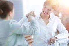 Lyckliga anställda är lyckliga med de erhållande resultaten Royaltyfria Foton