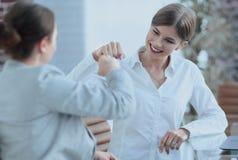 Lyckliga anställda är lyckliga med de erhållande resultaten Arkivbilder