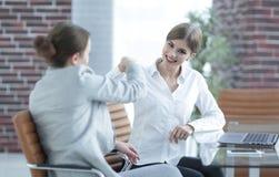 Lyckliga anställda är lyckliga med de erhållande resultaten Royaltyfri Bild