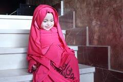 Lyckliga arabiska egyptiska muslim behandla som ett barn flickan arkivbild