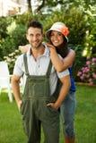 Lyckliga arbeta i trädgården par som utomhus ler Royaltyfria Foton