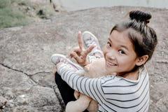 Lyckliga asiatiska barn med nallebjörnen i natur, kopplar av tid på ferie Royaltyfria Bilder