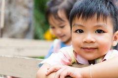 Lyckliga asiatiska barn rider på en lastbil Royaltyfri Fotografi