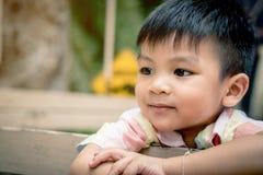 Lyckliga asiatiska barn rider på en lastbil Fotografering för Bildbyråer