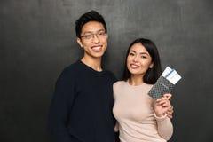 Lyckliga asiatiska par som tillsammans poserar och förbereder sig att snubbla Royaltyfri Fotografi
