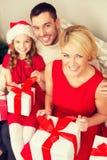 Lyckliga askar för familjöppningsgåva Arkivfoto