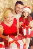 Lyckliga askar för familjöppningsgåva Royaltyfri Bild