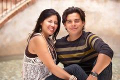 Lyckliga attraktiva latinamerikanska par på parkera Arkivbild