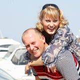 Lyckliga attraktiva mitt- vuxna par har utomhus- gyckel Arkivbilder