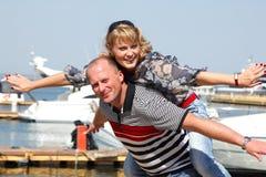 Lyckliga attraktiva mitt- vuxna par har utomhus- gyckel Royaltyfria Foton