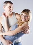 lyckliga attraktiva par le tillsammans barn Royaltyfria Foton