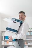 Lyckliga bärande askar för kontorsarbetare Arkivfoto