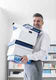 Lyckliga bärande askar för kontorsarbetare Arkivfoton