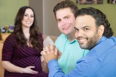 Lyckliga bögföräldrar med gravida kvinnan Fotografering för Bildbyråer