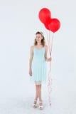 Lyckliga ballonger för hipsterkvinnainnehav Royaltyfri Foto
