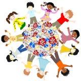 Lyckliga barn av olika blomningar för lopp runt om världen Arkivbilder