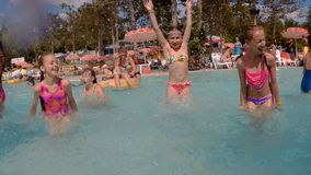 Lyckliga barn badar och plaskar i pölen arkivfilmer