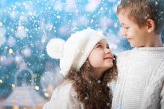 Lyckliga barn flicka och pojke på en vinter går Royaltyfri Fotografi