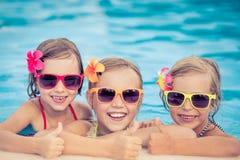 Lyckliga barn i simbassängen Royaltyfri Bild