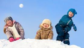 Lyckliga barn i vinterpark Royaltyfri Bild