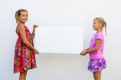 Lyckliga barn med banret Royaltyfri Foto