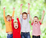 Lyckliga barn med deras händer upp på sommar Royaltyfri Bild