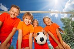 Lyckliga barn med fotbollsikt underifrån arkivbilder