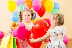 Lyckliga barn med gåvor på födelsedagdeltagare Royaltyfri Foto