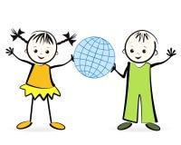 Lyckliga barn med jordklotet. Arkivbilder