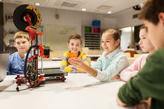 Lyckliga barn med skrivaren 3d på robotteknikskolan Royaltyfria Foton