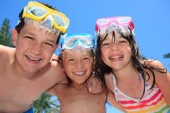 Lyckliga barn med skyddsglasögon royaltyfri bild