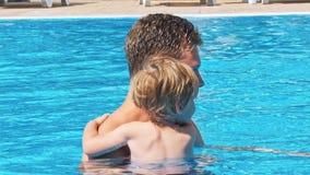 Lyckliga barn near simbassängen stock video