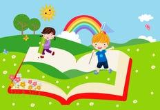 Lyckliga barn och bok Royaltyfria Bilder