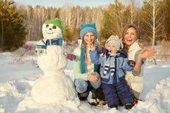 lyckliga barn och föräldrar i vintern utomhus arkivfoto
