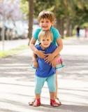 Lyckliga barn på gatan Royaltyfri Foto