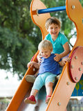 Lyckliga barn på glidbana Arkivfoton