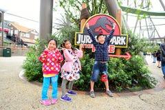 Lyckliga barn på Jurassic Park Arkivbild