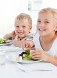 Lyckliga barn på tabellen 免版税库存图片